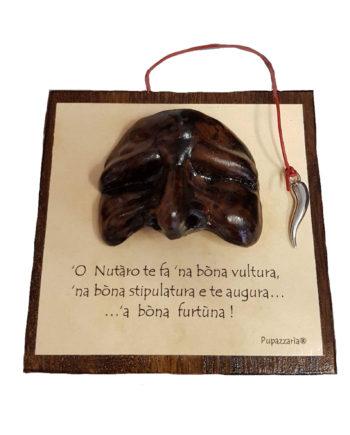 Maschera portafortuna: 'O Nutàro te fà 'na bòna vultura, 'na bòna stipulatura e te augura...à bòna furtùna|